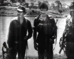 Vestido de guerrillero, en los campamentos de la Contra.