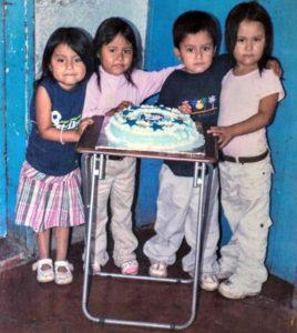 Los cumpleaños los celebran con cultos. Hay pastel solo cuando algún amigo de la familia se los regala.