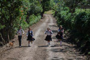 Caminan hora y media desde Aventina hasta el colegio, en el casco urbano de Jinotega. Tres kilómetros subiendo la colina, un camino de tierra sinuoso. Foto Oscar Navarrete.