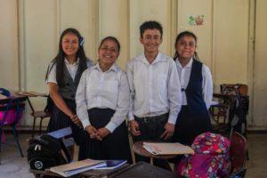 De izquierda a derecha, Ana Fabiola, Ruth Esther, Jorbin Isaac y Rosa Magda.El año pasado Jorbin, Ruth y Rosa lograron promocionarse de sexto grado y ahora cursan el primer año de secundaria. Ana está en sexto grado y espera poder alcanzar a sus hermanos si estudia en método acelerado. Van bien en clases, dicen.