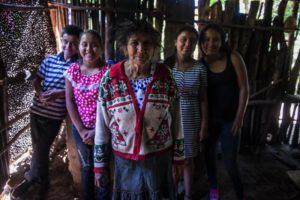Doña Gregoria Obregón, de 68 años, es la abuela de los ocho hijos de Rosa. Ha cuidado a los cuatrillizos por trece años siempre que su madre sale a trabajar.
