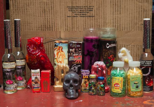 Según los comerciantes, estos productos sirven para encontrar el amor, la suerte y la riqueza. Foto Uriel Molina