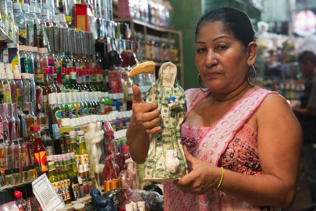 Martha Arróliga es una comerciante del galerón de esoterismo del mercado Oriental de Managua. Foto Uriel Molina