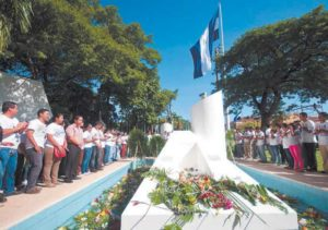 Diputados de la asamblea nacional llegaron a dejar ofrendas florales al Mausoleo de Carlos Fonseca. Foto: Jorge Torres/La Prensa/Archivo