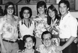 Junto a su primera esposa Olga Molina Oliú en la celebración de sus Bodas de Plata. Le acompañan sus hijos: Ricardo Emilio, Yolanda Amaya (nuera), César Augusto, Carmen Marina y Alan Uriel.