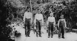 Con sus hermanos, listos para la escuela. De izquierda a derecha; Salvador, Frank, César y Arnoldo Amador Kühl.