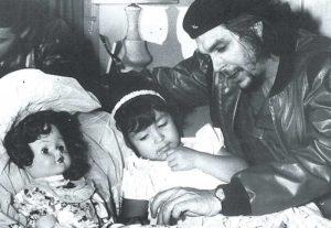 El matrimonio de Ernesto Guevara e Hilda Gadea solo duró tres años. Sin embargo, él llevó a Gadea Cuba para estar cerca de su hija Hilda Beatriz, quien nació en 1956 y murió en 1995, a la misma edad de su padre.