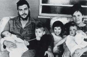 Su segunda esposa, Aleida March, también fue su secretaria personal en el Ministerio de Industria. La pareja tuvo cuatro hijos: Aleida (1960), Camilo (1962), Celia (1963) y Ernesto (1965). Ella ahora preside el Centro de Estudios Che Guevara, en Cuba.
