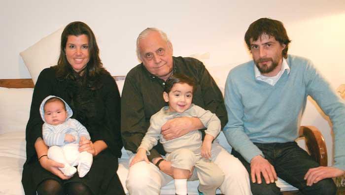 Armando Morales junto a sus cuatro hijos