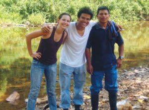 Laura y Orlando junto con Germán Davis camino a Musawás, capital del territorio Mayangna, en las vacaciones de Semana Santa.