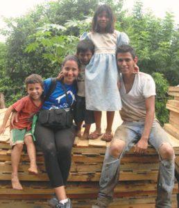 Moisés Flores se ha convertido en parte del Carlos Núñez. Aquí en una jornada de construcción acompañado por los niños del barrio.