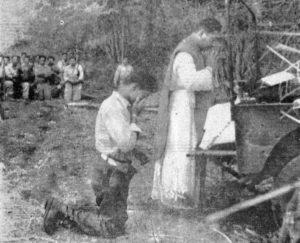 En los diarios de la época aparecieron las imágenes de la primera misa realizada en el campo de batalla. Se rezaba por el alma de los 35 soldados masacrados, que más tarde aparecieron.