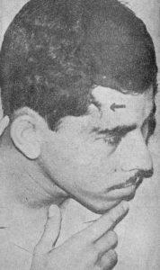 """Esta foto publicada en La Prensa denunciaba la patada que le dio el teniente Agustín Torres López, """"El Coto"""", a Ortega en una sesión de torturas."""