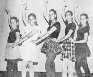 Silvia Lacayo junto a sus compañeras de baile, previo a una velada en el Club Social de Managua.