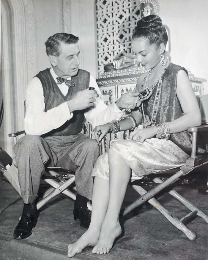 Aquí Lillian Molieri se prepara para su actuación en Anna and the King of Siam (1946), de 20th Century Fo