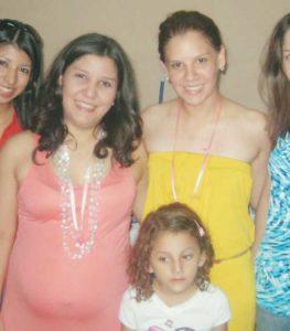 Marina y Karla Núñez Zamora, y la hija de Karla, en el Baby Shower un mes antes del accidente en el que Marina murió junto a su madre Alba Luz Zamora.