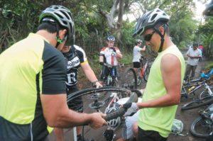 ¡Ponchado! Sobran manos para reparar o cambiar una llanta. Bombas de aire, parches y neumáticos de repuesto son los utensilios de emergencia del ciclista.