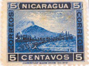 El Momotombo echando humo. Esta es la estampilla que cambió la historia de Nicaragua. El francés Phillipe Jean Bunau Varilla la mostró al Senado argumentando el peligro de los volcanes en el país. El Senado se inclinó por construir el canal por la ruta panameña en 1902.