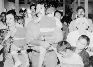 """Según la publicación 7 Días, Ortega asegura tener una familia numerosa debido al """"celibato"""" que vivió en prisión durante siete años. En la fotografía Ortega carga a Camila y Rosario Murillo a Luciana."""