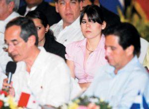 Mayo, 2009. Camila Ortega sentada detrás de su padre el Presidente Ortega, durante una reunión del Sistema de Integración Centroamericana, (SICA).