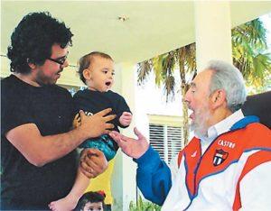 Quienes conocen a Juan Carlos Ortega dicen que es el hijo más político del Presidente. En la fotografía junto a Fidel Castro.