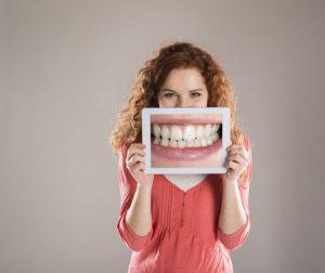 Genética, alimentos, edad. Algunas causas, más allá de la limpieza y el envejecimiento, del porqué los dientes se amarillentan.