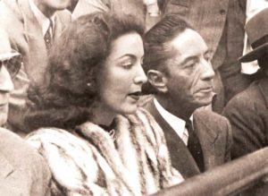 """Con el compositor Agustín Lara, su segundo esposo. Una vez, en la plaza, alguien le gritó: """"¡María, viniste a los toros con paraguas!""""."""