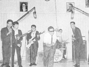 La primera presentación de Los Ramblers en Radio Mundial. En el centro el locutor René Blanco.