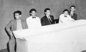 A la derecha, al fondo, Carlos Fonseca; el profesor Guillermo Rothschuh Tablada, al centro, durante una actividad en el Instituto Miguel Ramírez Goyena.