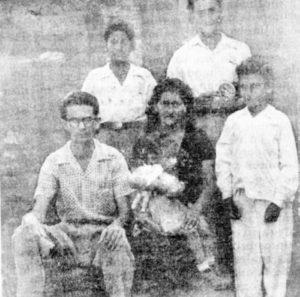 En una foto familiar aparece doña Tina con sus cinco hijos: Carlos, Raúl, René, Juan Alberto y la menor Gloria.