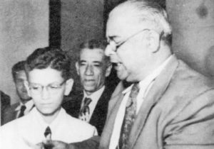 El día de su promoción de bachillerato Carlos recibe el diploma de manos del profesor Modesto Rodolfo Vargas.