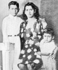 Doña Agustina Amador aparece junto a sus hijos Carlos y René Amador