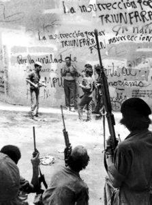 El comandante Carlos Núñez, de boina al fondo, conversa por última vez con el prisionero.