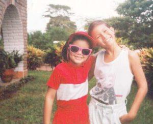 En la foto aparece junto a su hermano Alejandro Frixiones (q.e.p.d.) en el jardín de su casa.