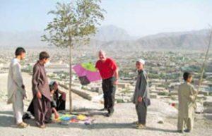 Acompañando a un grupo de niños que vuelan cometas en Kabul