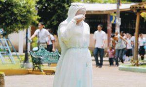 La-estatua-en-honor-a-Hilaria-Ruiz,-uhicada-en-el-parque-central-de-Tola