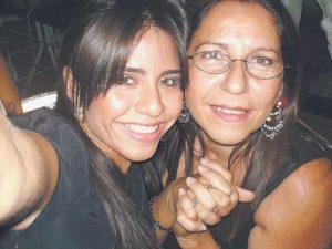 Junto a su mamá, Lauren Lacayo.