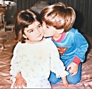 Vivian Vanessa es la única hija mujer de los tres hijos del matrimonio Pellas Fernández. Sus hermanos Carlos Francisco y Eduardo. En la fotografía junto a su hermano mayor Carlos Francisco.
