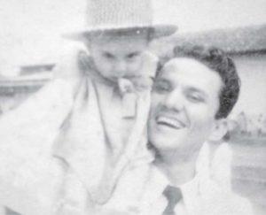 Junto a su hijo Guillermo Rothschuh Villanueva.