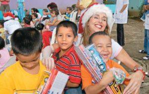 Fernández en una de las caravanas navideñas, donde le regalan juguetes a los niños de los diversos centros hospitalarios del país.