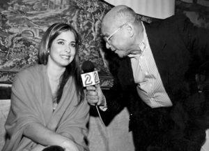 Feo y con una voz terrible, pero aún así Tijerino llegó a la televisión y no solo para hablar de deportes, como se nota en esta foto donde entrevista a la actriz y modelo cubana Odalys García, expresentadora del programa Lente Loco.