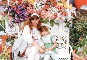 No recuerda exactamente la edad que tenía. Xiomara junto a su mamá en Disneylandia
