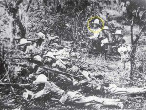 Tropas en combate, detrás de la línea de fuego,  a la derecha está Sandino, lo acompañan sus lugartenientes José Paredes y Farabundo Martí.