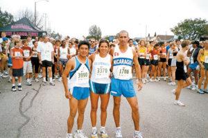 California, 2005. Junto a maratonistas guatemaltecos. Ese año fue la primera vez que Villavicencio llegó como primer latino a la meta.