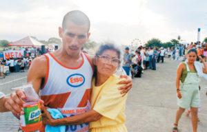 1999. En una carrera para recaudar fondos para los niños con cáncer. Villavicencio ganó el primer lugar. Junto a Ana Téllez, su abuela, quien según cuenta ha sido un apoyo incondicional.
