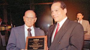 Clemente Guido, ex director del Instituto Nicaragüense de Cultura, entrega el reconocimiento de Clarinero Mayor en 1997 a Camilo Zapata, en su cumpleaños 80.