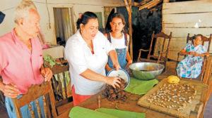 El proceso de elaboración de la mazorca tiene que ser hecho con cuidado. Se tuesta el maíz y se le agrega clavo de olor y otras especias para que agarre gusto. Francisco Hernández observa a su hija Blanca Rosa y a una de sus nietas.