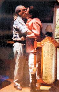Besándose en una imagen de comienzos de los años 90.