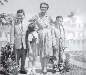 Doña Elena Mantilla y los hijos de don Fabio: Milo, Fabio y Gloria, en Managua, 1961.