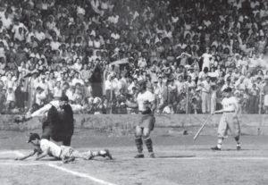 Se barre en el home plate en un juego entre Radio Mundial y Radio Panamericana, 1955.